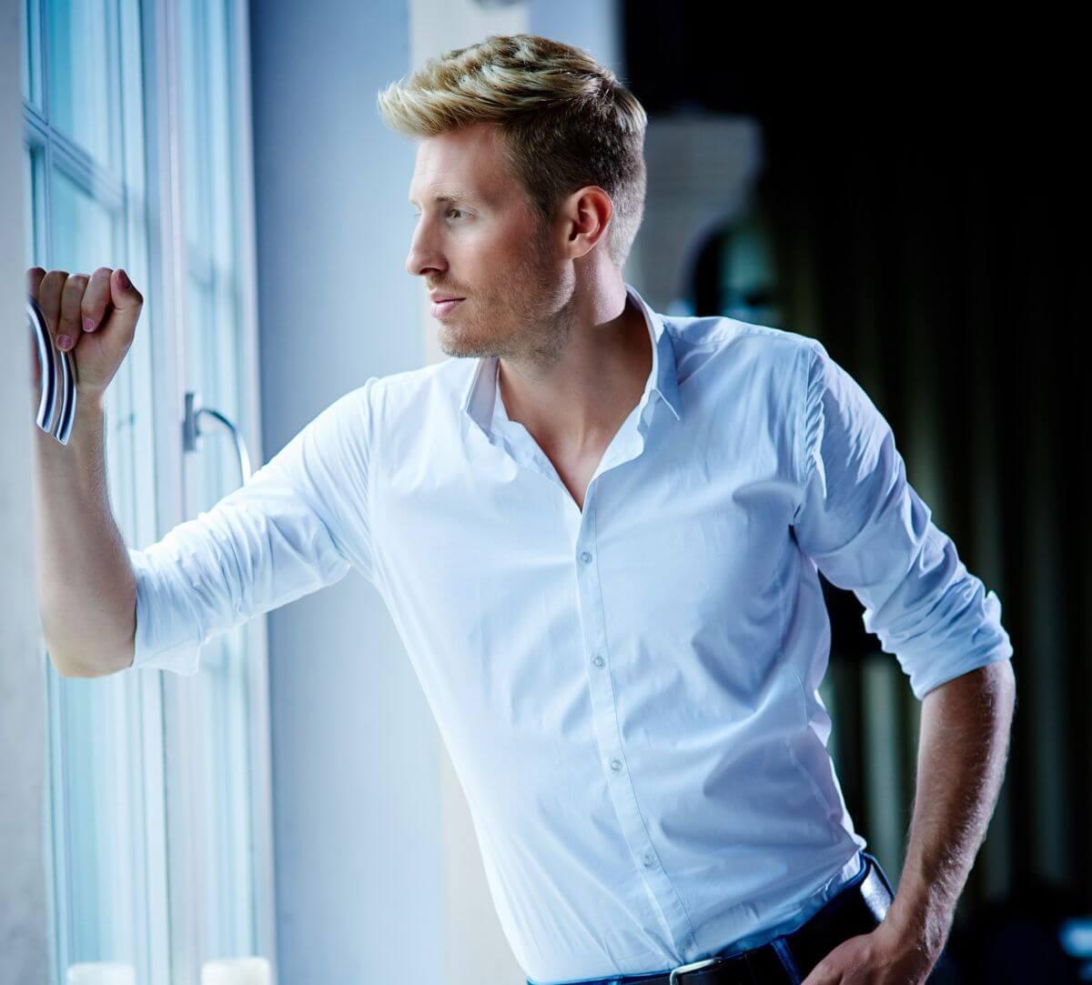 Maximilian Arland am Fenster