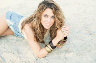 Vanessa Mai liegt am Strand