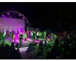 2.-Auftritt-Bernhard-Brink-mit-tanzendem-Publikum.jpg